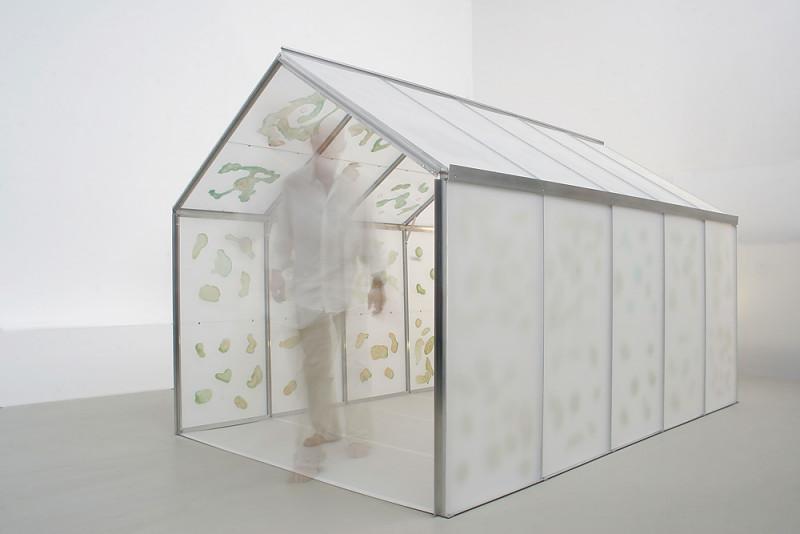 'GREENHOUSE', 2006, Reagenzien aus Rotwein und Kupferchlorid auf Floatglas, Perspex, Aluminiumkonstruktion, 350x180x200 cm