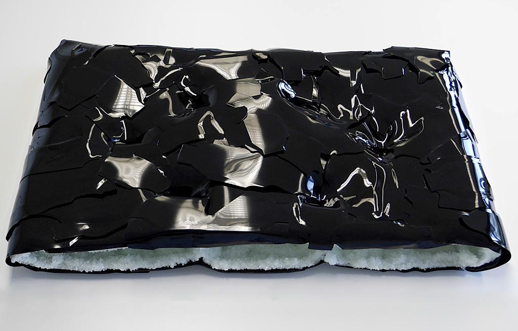 'CRACK', 2015, Phosphatkristallisation, pigmentiertes Kunstharz, 100x65x15 cm